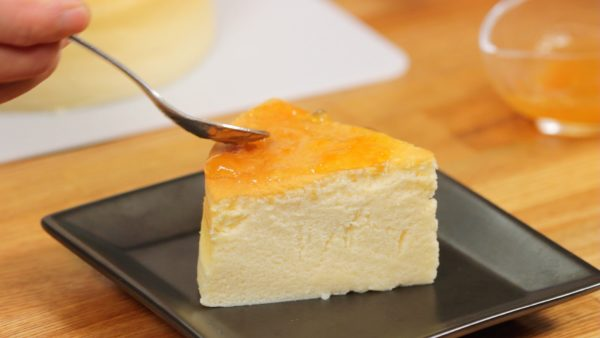 Place the souffle cheesecake onto a plate. Finally, coat the top with the apricot jam diluted with rum.