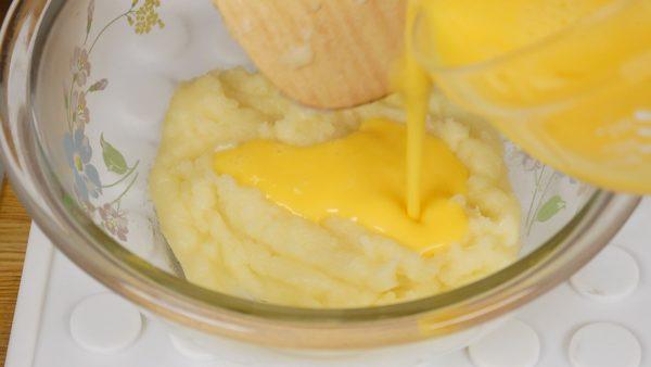 Coloque a mistura em uma tigela. Achate-a com uma espátula e deixe esfriar levemente para evitar cozinhar o ovo. Em seguida, adicione gradualmente o ovo batido em 4 a 5 etapas. Quando o ovo for completamente absorvido, comece a adicionar outra porção.