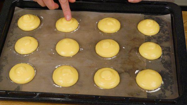 Molhe seu dedo com água e pressione cada pico da massa, ajustando o formato. Finalmente, borrife a massa com água completamente, para ajudar a evitar secar.