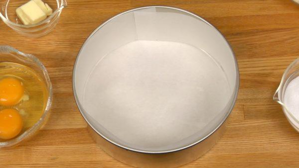 Bevor der Teig gemacht wird, heizt den Ofen auf 160° C vor und legt die Kuchenform (auch den Rand) mit Backpapier aus.