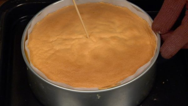 Gebt den Kuchen in den vorgeheizten Ofen und backt ihn bei 160° C für etwa 23 Minuten. Nehmt den Kuchen anschließend heraus und prüft mit einem Bambusspieß, ob der Teig durch gebacken ist.