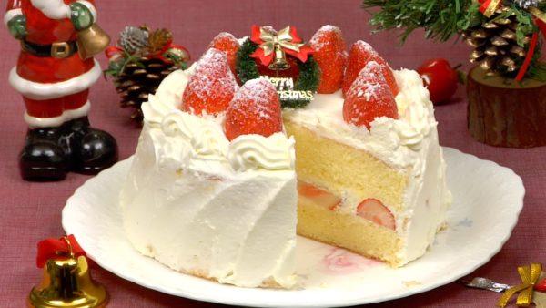 Betreut die Torte mit Puderzucker, um es wie Schnee aussehen zu lassen und platziert die Weihnachtsverzierung in der Mitte.