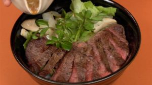 Công thức Donburi bò bít tết với sốt Ponzu hành (Cơm tô bò bít tết)