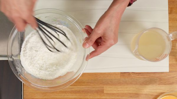 Let's make the takoyaki batter. Add the salt to the cake flour in a bowl. And thoroughly mix the powder with a balloon whisk.
