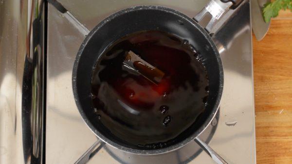 割り下を作ります。鍋にしょうゆ、砂糖、酒、水を合わせます。出し昆布を入れます。昆布はなければ省いても大丈夫です。火をつけて混ぜます。砂糖が溶けたら火からおろします。冷めたら昆布は取り出してください。