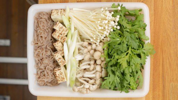 こちらは残りの食材で、えのきだけ、しめじ、焼き豆腐、軽くゆでて食べやすい長さに切ったしらたきです。