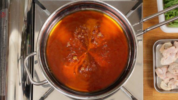 それでは鶏すきを作ります。浅い鍋に割り下を入れます。火をつけて軽く沸騰させます。