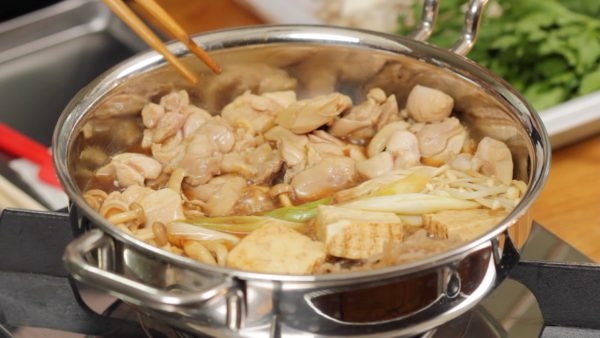 具材を返し割り下を染み込ませます。鶏肉は固くなりやすいので煮過ぎないでください。