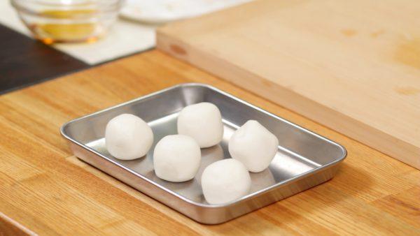 Sfregatevi le mani con un po' d'olio di sesamo e lavorate l'impasto finchè non avrà una forma cilindrica. Tagliatelo in 5 pezzi uguali formando in seguito delle palline.