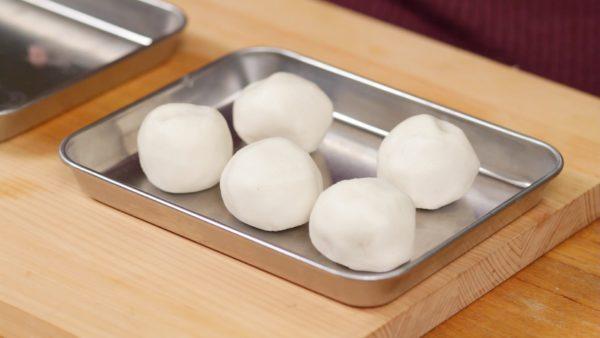 Assicuratevi che l'impasto abbia lo stesso spessore tutt'attorno e formate una pallina. Ripetete il processo per il resto dei pezzi.