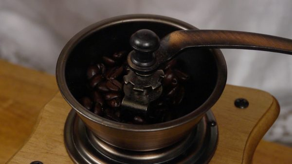 Let's grind the coffee beans to make fresh coffee. Using a hand-cranked coffee grinder is fun and gives you a special hands-on feel!