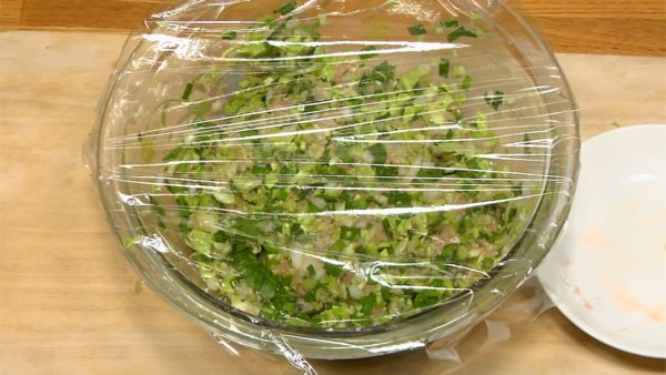 Couvrez le bol avec du film alimentaire. Laissez reposer au frigo 30 min pour que les saveurs du porc et des légumes se mélangent bien.