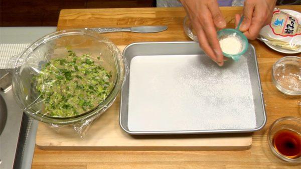 Fourrez les gyoza. Saupoudrez de la farine sur une feuille de papier cuisson pour éviter que les gyoza colle. Cela va aussi donner aux gyoza plus de croustillant.