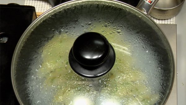 Couvrez et faites cuire sur feu moyen-fort pour environ 5 à 6 minutes.