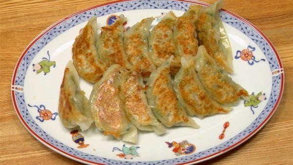 Placez les gyoza sur une assiette avec le le dessous dessus. Vous pouvez ajouter du rayu (huile pimentée) ou de l'huile de sésame à la sauce des gyoza à votre goût.