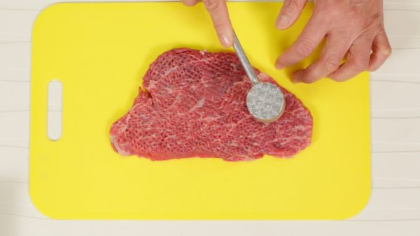 Remove the plastic wrap and gently pound it with a meat tenderizer or the back of a knife. If the meat is tough, pound it a little strong using the coarse face of the head. Flip it over. Repeat the process on the other side of the meat. Alternatively, you can use beef round or tenderloin.
