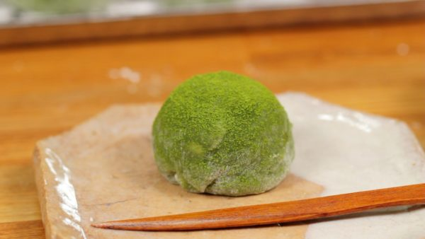 Sprinkle on the matcha powder and enjoy the gorgeous matcha daifuku. The combination of the anko and cream is amazing!