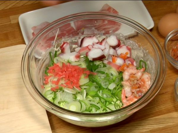 """Slice the boiled octopus into 5~6mm (0.2"""") slices. Peel the amaebi, sweet shrimp and remove the heads and tails. Coarsely chop the shrimp and place into the bowl."""