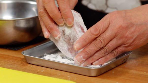 Thinly dust the steak with flour on a tray. In Japan, cake flour is often used but you can substitute all purpose flour.
