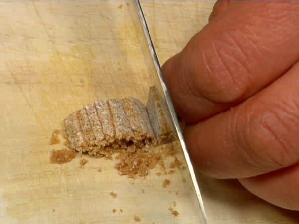 Râper la moitié du bouillon cube en petits morceaux. Cela lui permettra de mieux se dissoudre dans la sauce.