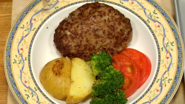 Pour the onion sauce onto the hamburg steak. The onion sauce flavored with soy sauce and butter goes great with steamed rice.