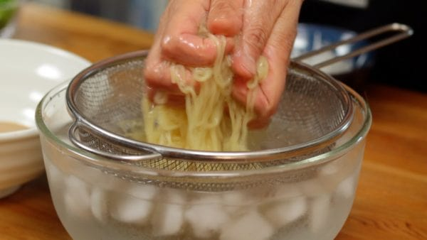 Thoroughly rinse the noodles to remove the gooey texture on the surface. Be sure to chill the noodles with ice water to create an extremely refreshing texture. Strain the noodles with a mesh strainer and squeeze out the excess water thoroughly.