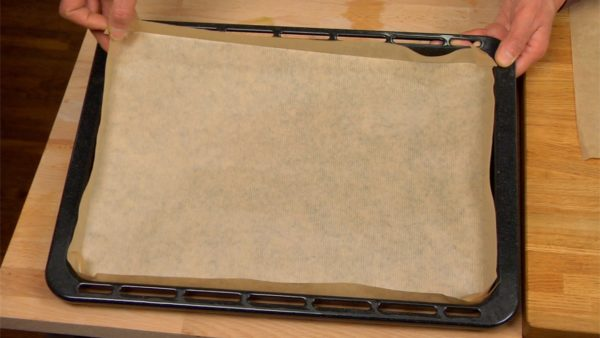 Cover a baking sheet with Kraft or bakery paper.