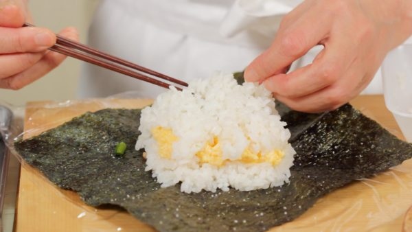 Taking a small portion of the rice at a time, cover the fillings evenly. Lightly sprinkle on salt.