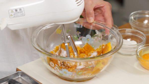熱いうちにグラニュー糖、はちみつを加えます。まずかぼちゃをつぶします。