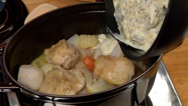 And now, the vegetables and chicken are ready. Add the white roux to the pot.