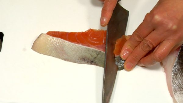 Slice the salmon fillet diagonally into 4 pieces. In the same way, slice the pacific cod diagonally into 4 pieces and place them on a plate.