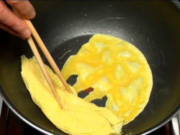 Coat the pan with oil and add the rest of the egg.