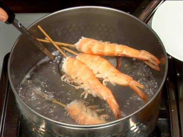 Boil 2 to 3 minutes. The color of the prawns turns red.