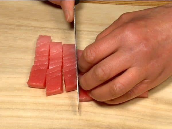 "Let's cut the ingredients for temaki sushi. Slice the chutoro, medium fatty tuna into 1cm (0.4"") pieces."