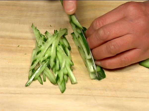 Slice the new onion thinly. Remove the root end of the kaiware radish sprouts. Slice the cucumber thinly and diagonally and cut it into thin strips.