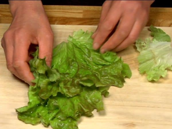 Trim the stem end of shiso leaves. Tear the looseleaf lettuce leaves into palm-size pieces.