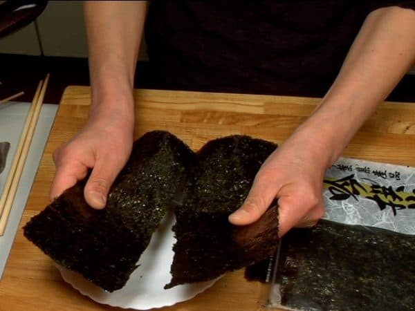 Finally, make a crease in the middle of the toasted nori seaweed and tear it into a quarter size sheets.