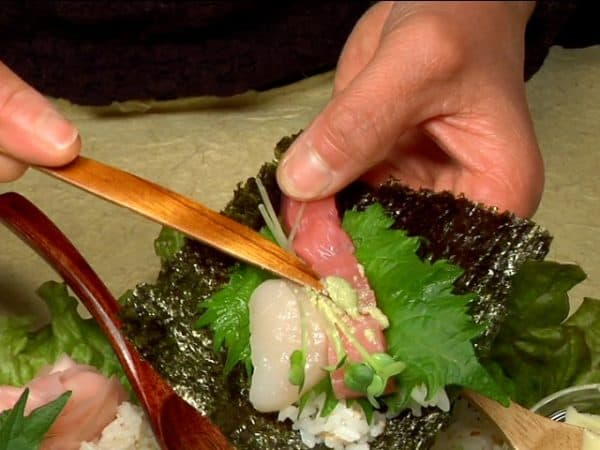 Put a shiso leave, cyutoro, scallop and kaiware radish sprouts, and add a bit of wasabi.