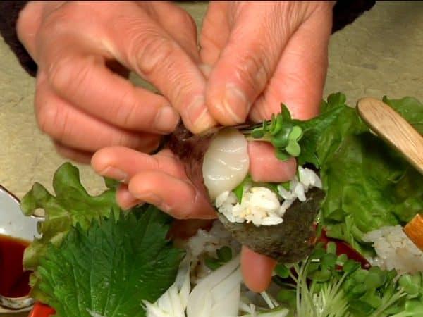 Roll the toasted nori seaweed.