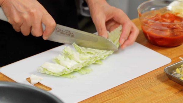その間に野菜を切りましょう。キャベツは芯に切り込みを入れ葉を外します。2cm幅に切ります。