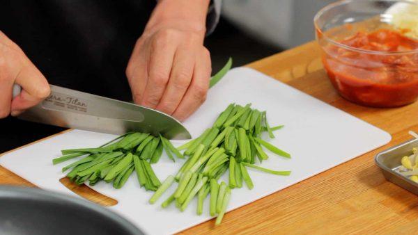 にらは5cm長さに切り 根元と葉の部分に分けておきます。