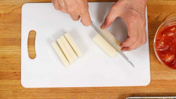 切り餅は縦4等分に切ります。