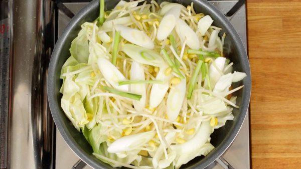 キャベツ、玉ねぎ、豆もやし、長ねぎ、にらの根元を加えます。