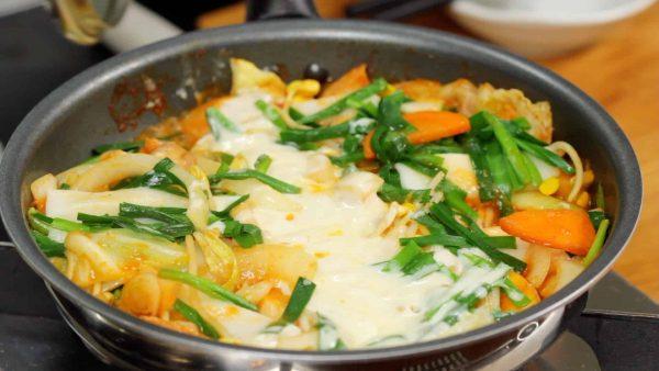 蓋をし、チーズと餅が溶けるまで2分ほど加熱します。