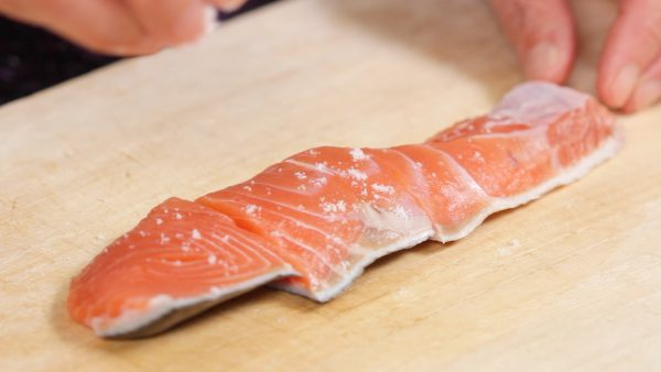 First, cut the salmon fillets into 3 pieces. If there are any bones, remove them with fish tweezers. Sprinkle on the salt and lightly rub it in. Then, flip it over and salt the other side as well.
