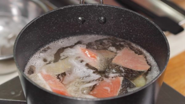 Turn the heat to high and bring it to a boil. Place the salmon into the pot. The pink pigment of salmon is very rich in antioxidants, which will help keep you look younger.