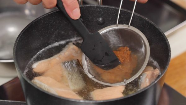 Dissolve the miso in the broth. Using a mesh strainer will help dissolve the lumps of miso in the soup.