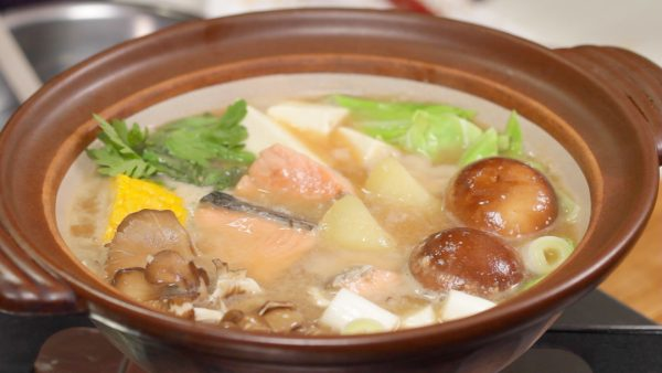 Heat the pot on medium heat. When the vegetables are cooked, the Ishikari Nabe is ready.
