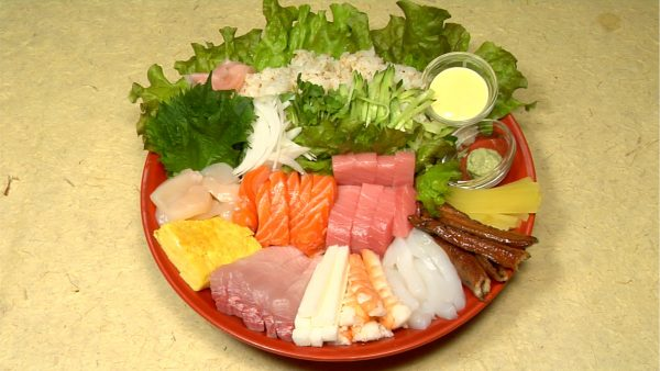 Here is the arrangement of Temaki Sushi. Place the looseleaf lettuce leaves on the large plate and arrange the sushi rice and ingredients.