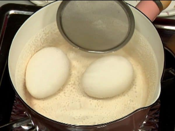 Let's make the soft-boiled eggs. Make sure to allow the eggs to reach room temperature before using. Place the eggs in a pot of water and turn on the burner. Gently rotate the eggs until the water begins to boil.